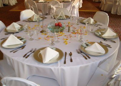 confettie-petals-table-decor